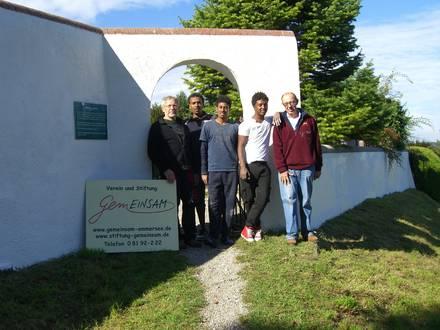 geschafft Foto von links Peter Raithel, 3 der 5 Schondorfer Eriträer und Albrecht Proebst